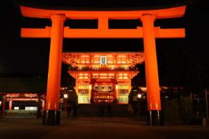 夜の伏見稲荷大社の正門