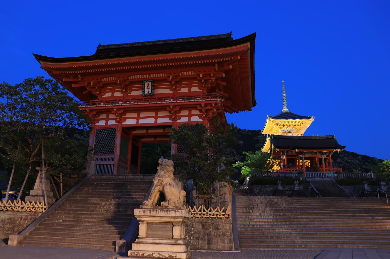 夜の清水寺の正門