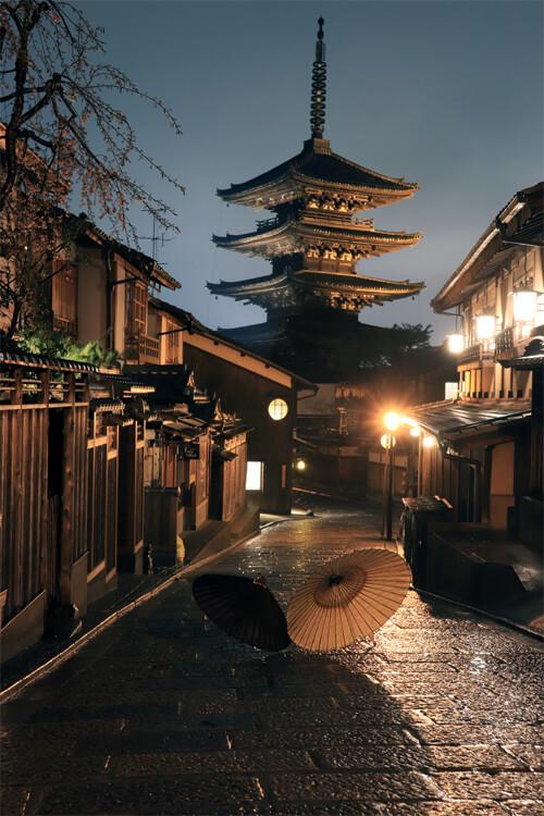 夜の八坂の塔と和傘