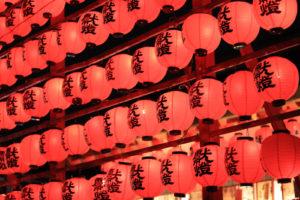 連なる丸い赤提灯