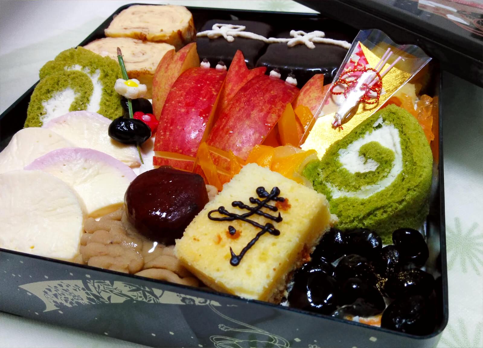 ケーキと果物のお節料理