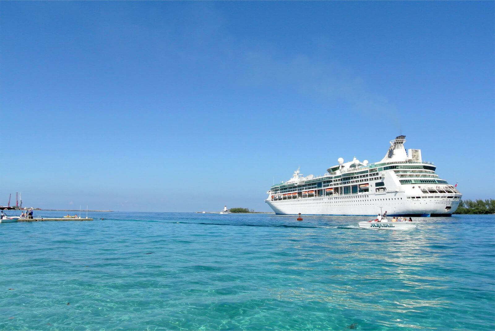 クルーズ船と透き通る海