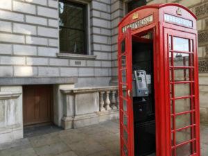 ロンドン街中の赤い電話ボックス