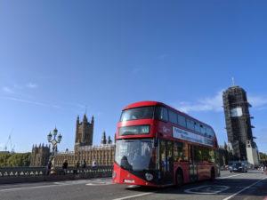 修復工事中のビッグベンとロンドンバス