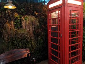 夜のオシャレな赤い電話ボックス