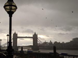 薄暗く少し不気味なタワーブリッジ(ロンドン)