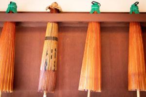 4本の茶色の和傘