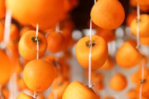 ヘタも可愛い吊るされた干し柿
