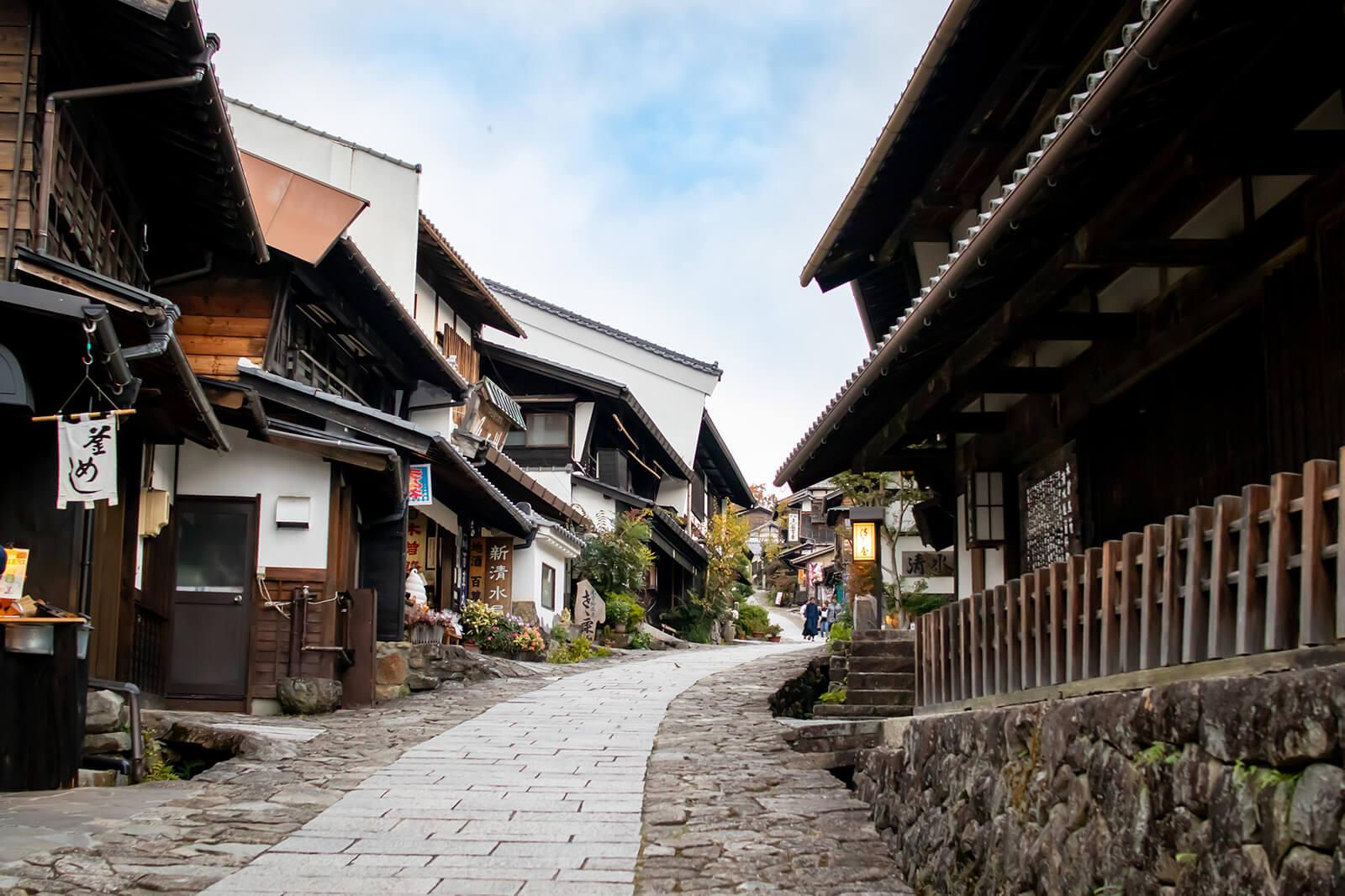 馬籠宿の古風な街並み