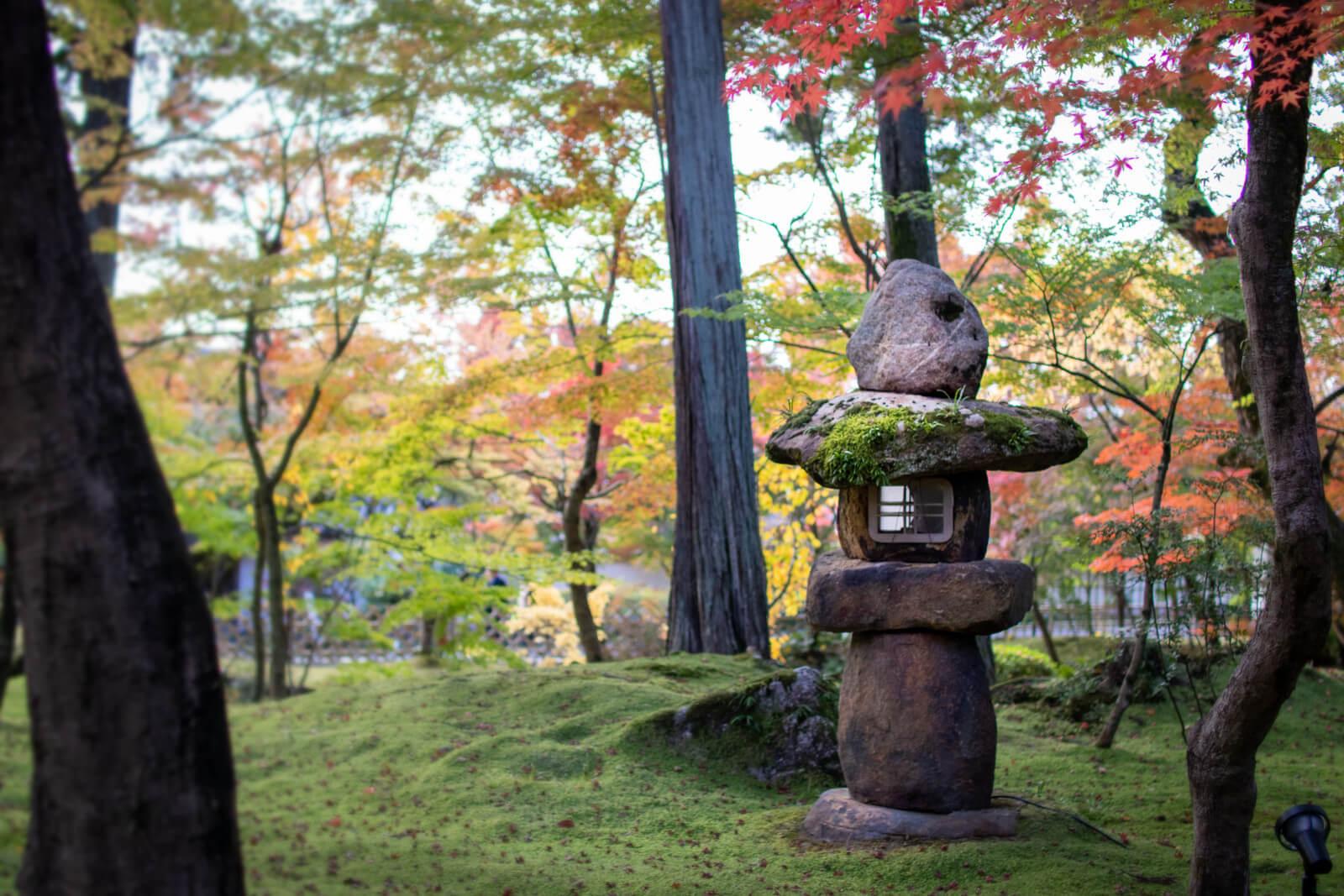 苔原にある印象的な灯籠