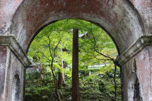 南禅寺水路閣のアーチから見える木々