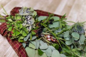 緑の花と葉をベースにしたクリスマス・スワッグの拡大写真
