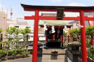 ビルの屋上にある朝日稲荷神社-天気の子の舞台