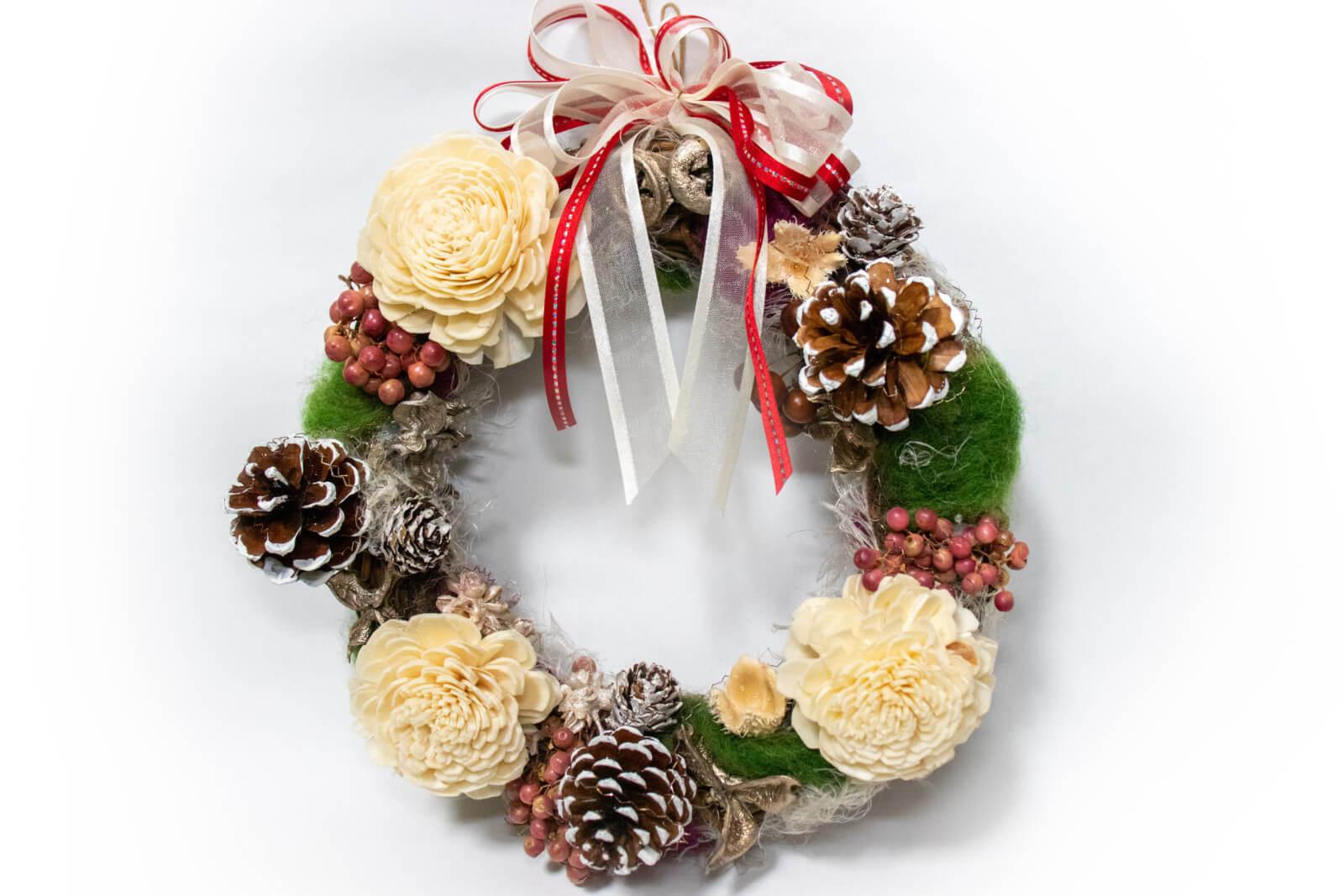 松の実と白い花のクリスマスリース