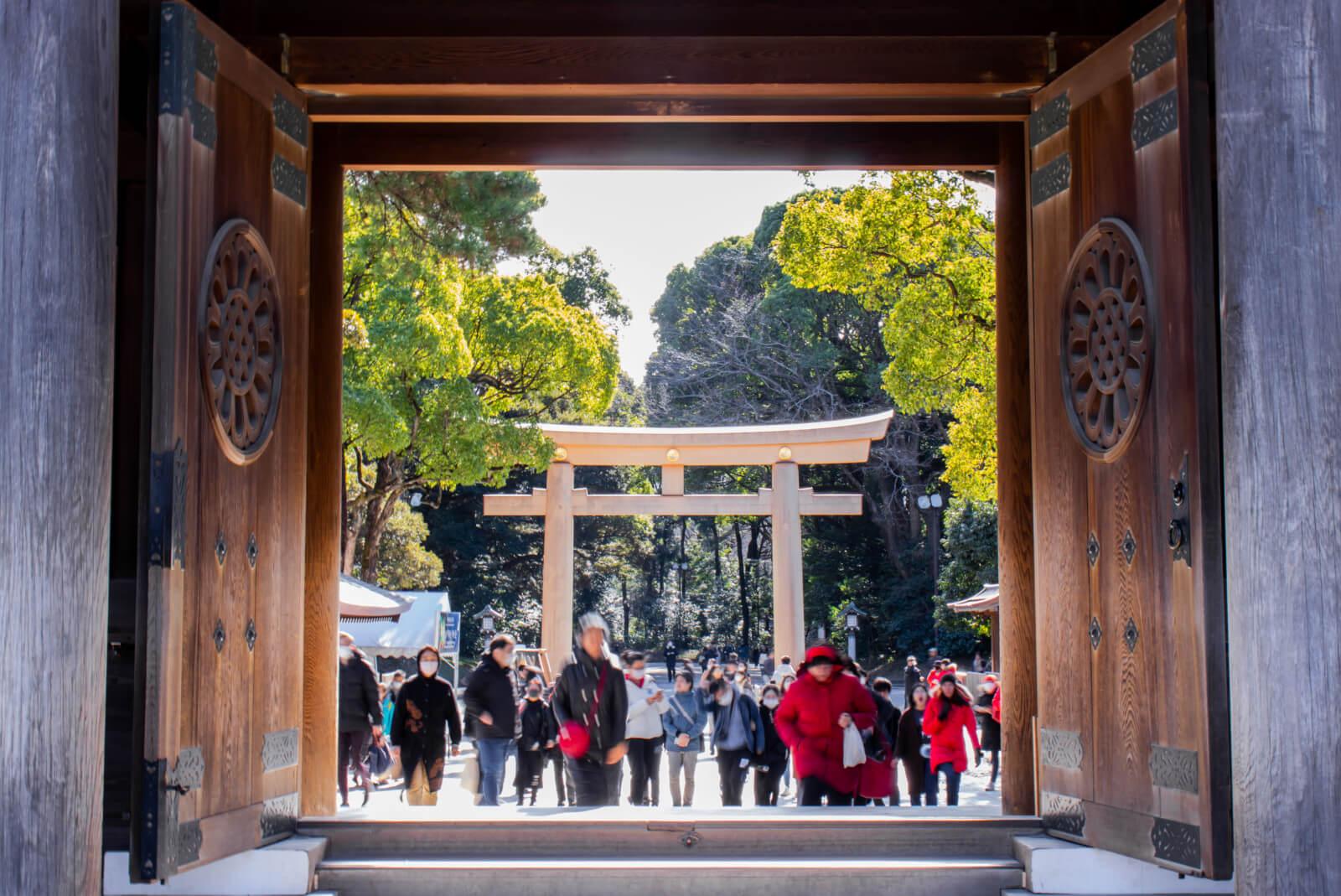 明治神宮本殿側から楼門を眺める
