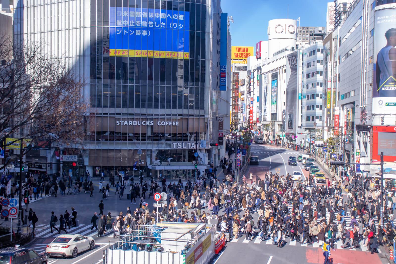 日中の渋谷スクランブル交差点