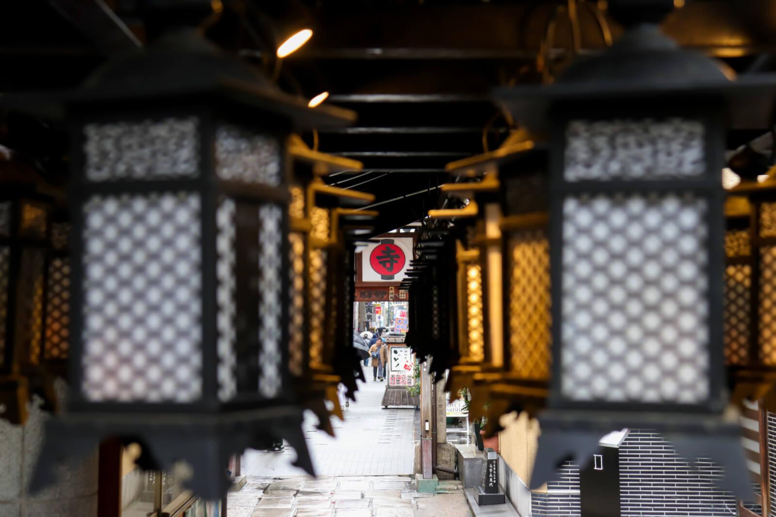 灯籠の先にある「寺」の看板