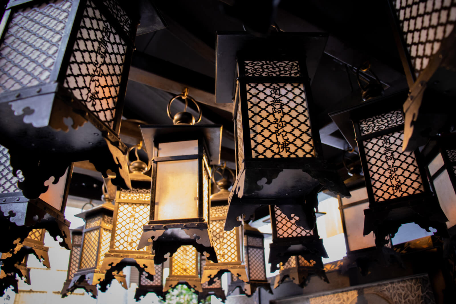 南無阿弥陀仏と書かれた吊り灯籠