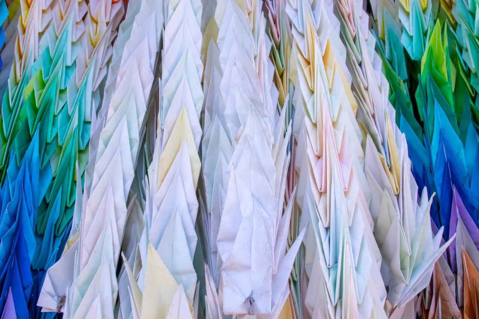 淡い色の千羽鶴