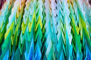 寒色系の千羽鶴