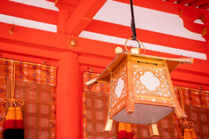 黄金の灯籠と紅色の社