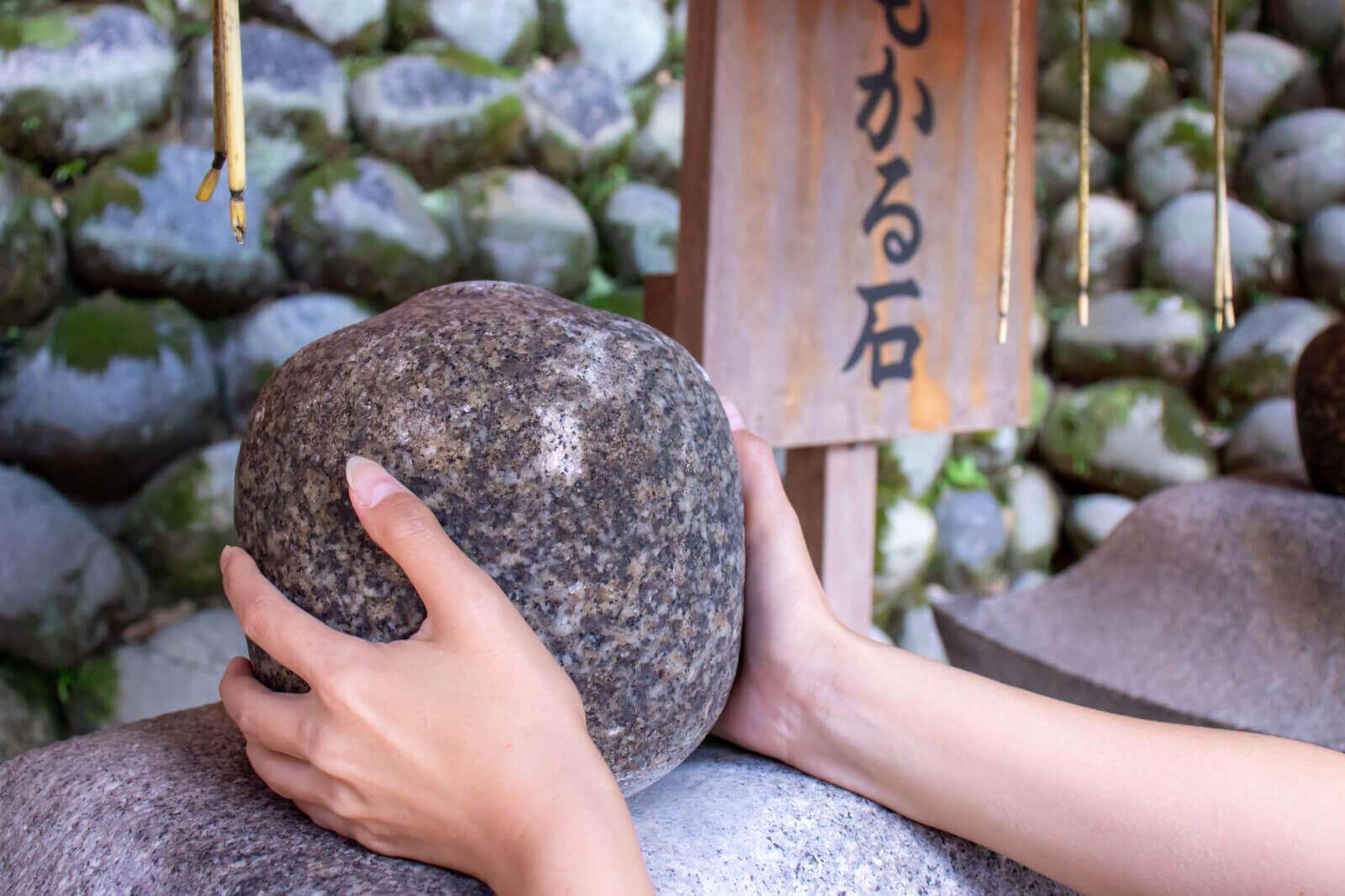 伏見稲荷大社のおもかる石