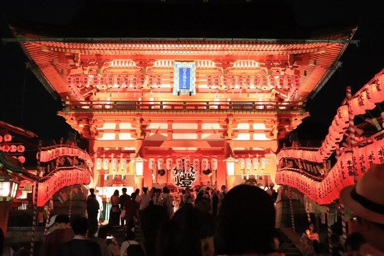 本宮祭の石灯篭・数千に及ぶ献納提灯