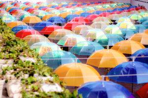カラフルな傘が並んで