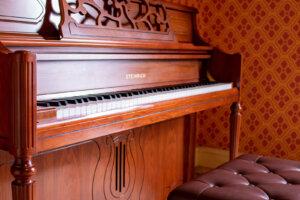 木製のレトロなピアノ