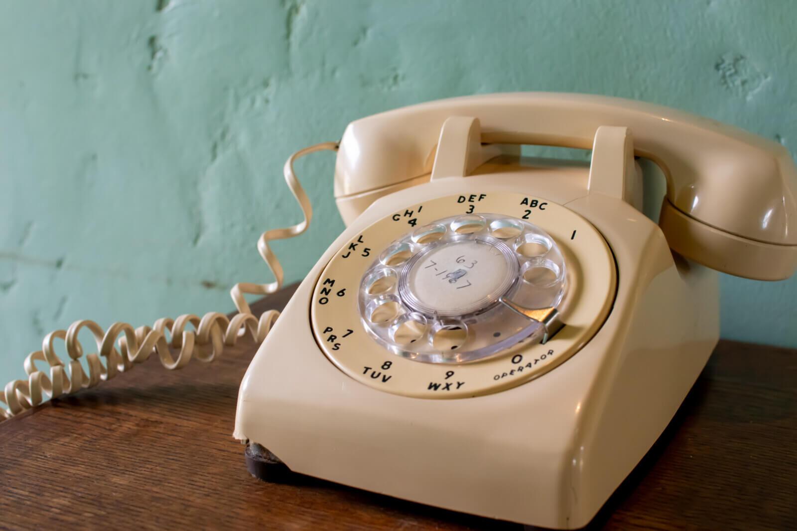 レトロなダイヤル式白電話