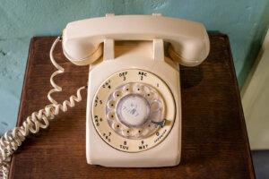 ダイヤル式白電話を真上から