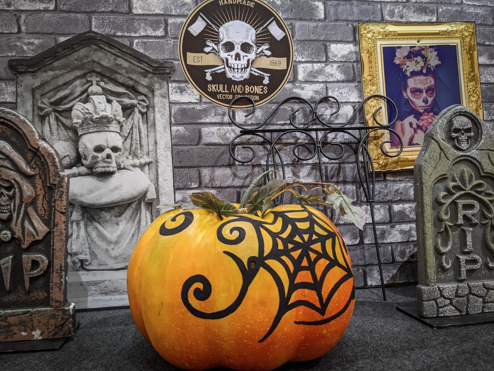 蜘蛛の巣が描かれたハロウィン用かぼちゃ